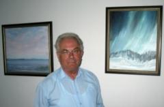Otto-Guba-mit-Acryl-bildern-im-Hintergrund
